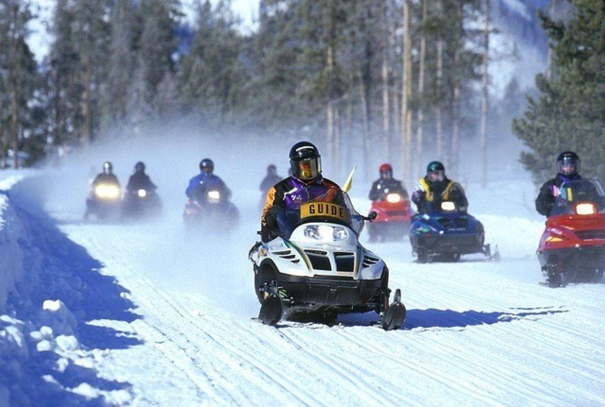 Lánzate a la carrera con las motos de nieve Baqueira