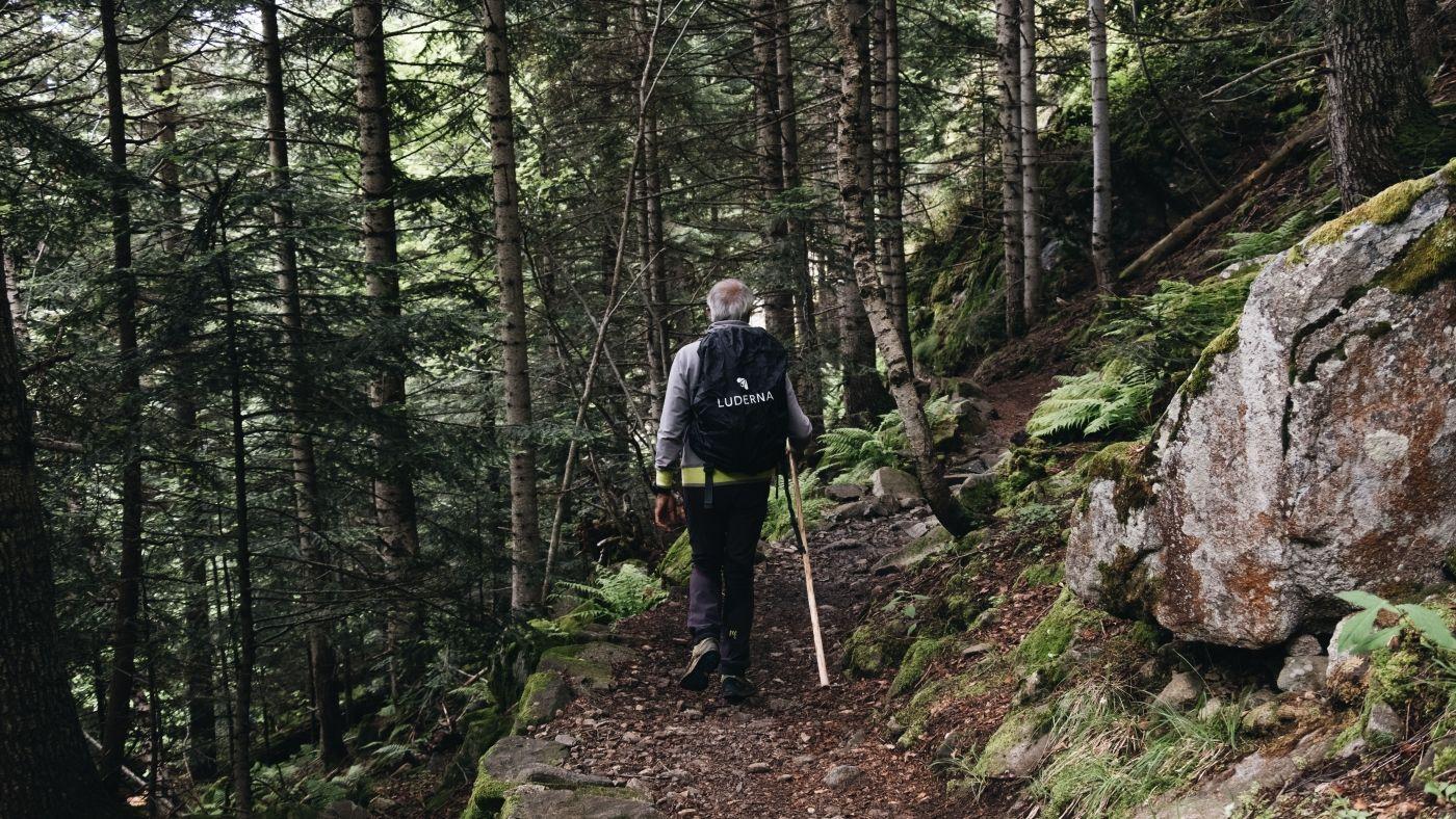 Excursionista por parque nacional aiguestortes