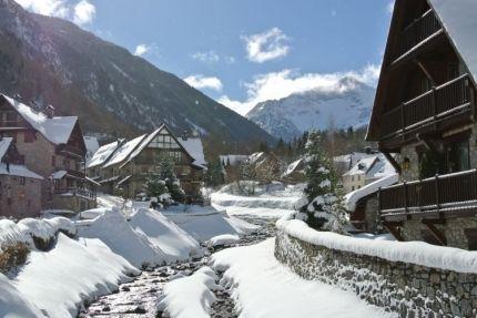 El Parlament debate medidas para el sector de la nieve ante el temor de los hoteleros del Pirineo