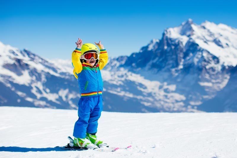 niño esquiando